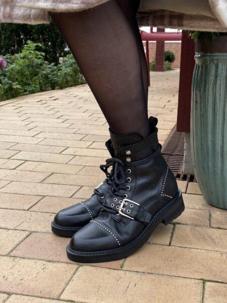 Pavement heaven sort biker støvle med spænder og lynlås