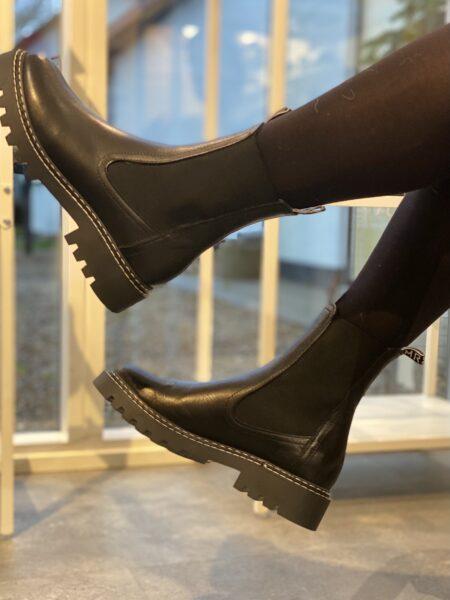 sort chelsea støvle tamaris med elastik i siderne