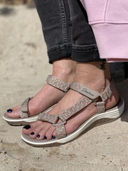 sandfarvet skechers sandal med velcro