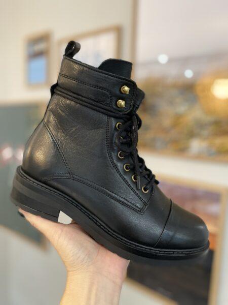 pavement sort læderstøvle med lynlås i siden og uld foer